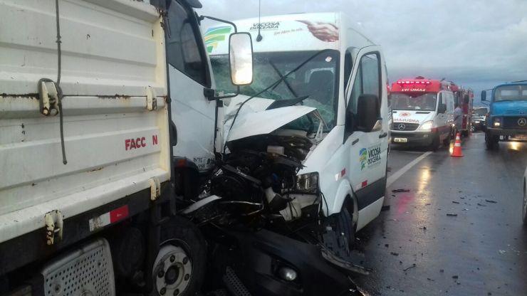 Na imagens, colisão frontal envolvendo os três veículos