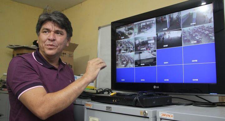 Diretor da escola Raquel de Queiroz exibindo imagens de câmeras de vigilância na escola