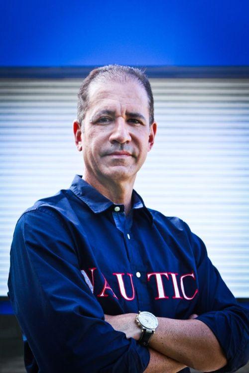 Foto do empresário Régis Medeiros de blusa azul marinho e braços cruzados
