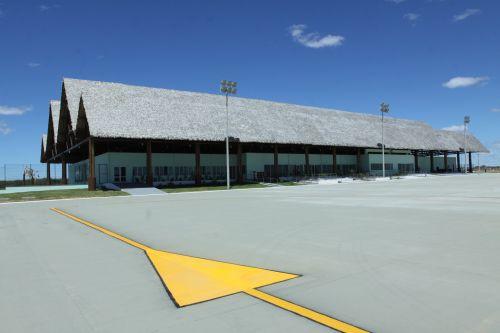 A foto mostra a pista e o terminal do Aeroporto de Aracati