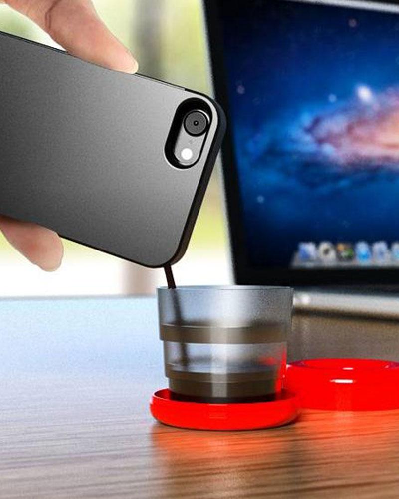 Café feito pela Mokase sendo despejado dentro do copo que vem com as cápsulas