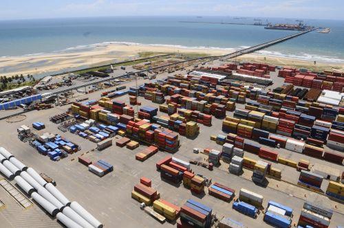A foto mostra o pátio de cargas do Porto do Pecém com vários contêineres armazenados