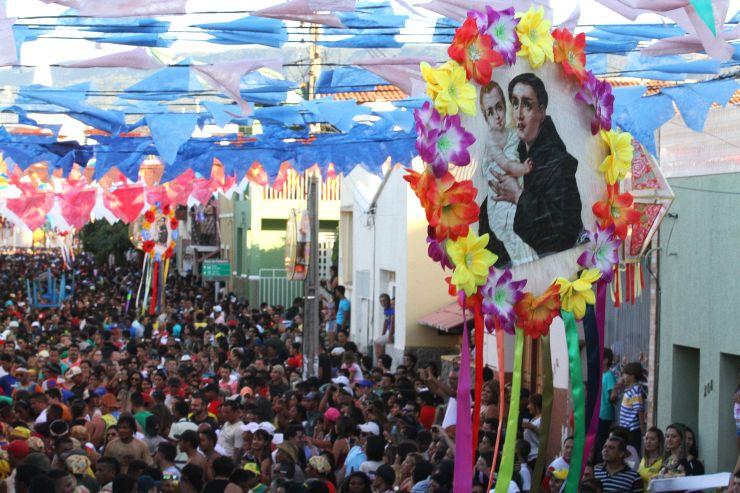 Imagem de Santo Antônio na Festa do Pau da Bandeira, em Barbalha