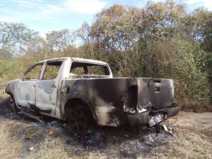 Veículo modelo Hilux incendiado