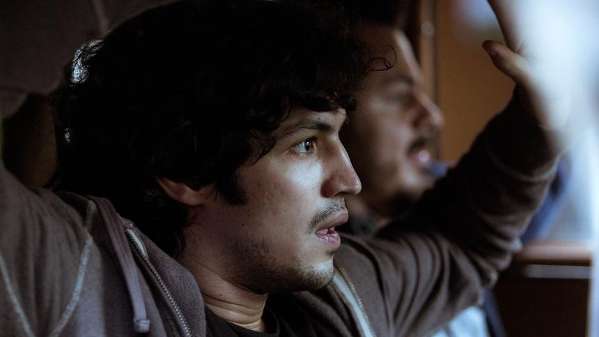 Na imagem, Gabriel Leone interpreta seu personagem na novela