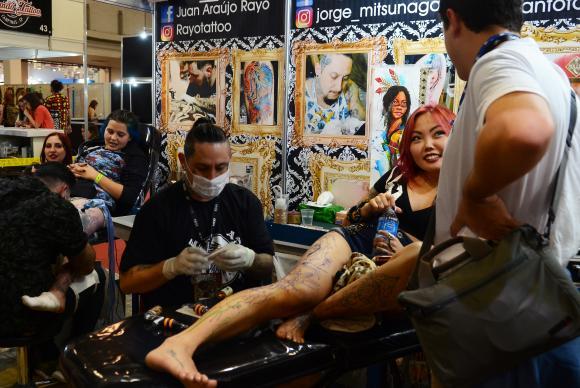 Tatuadores em convenção de tatuagem