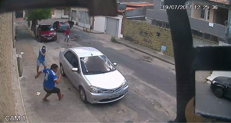 Vídeo mostra dois criminosos atirando no ciclista