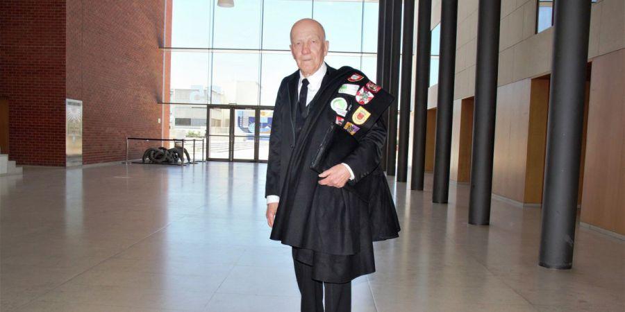 A imagem mostra Brasiliano Godinho de 85 anos no dia que apresentou sua tese de doutorado na Universidade de Aveiro