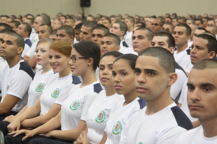 Mil e quatrocentos policiais militares estão enfileirados no Centro de Eventos do Ceará