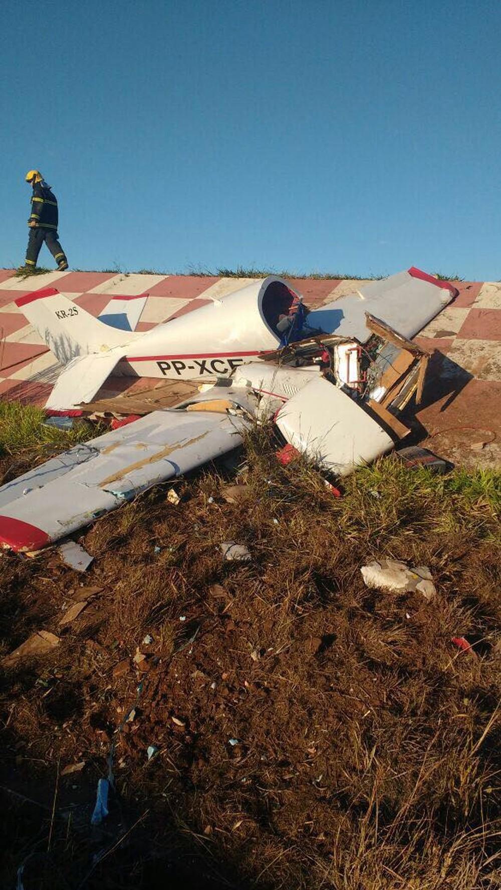 Avião monomotor destruído após acidente