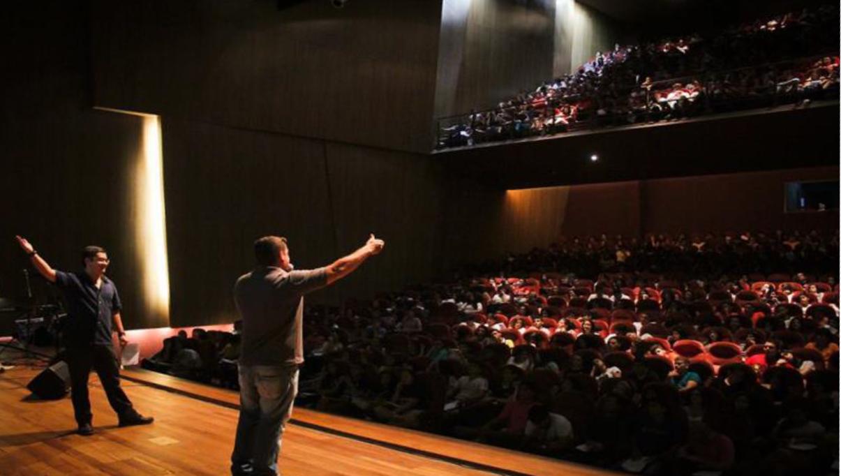 No palco do teatro do Via Sul, professores ensinam alunos