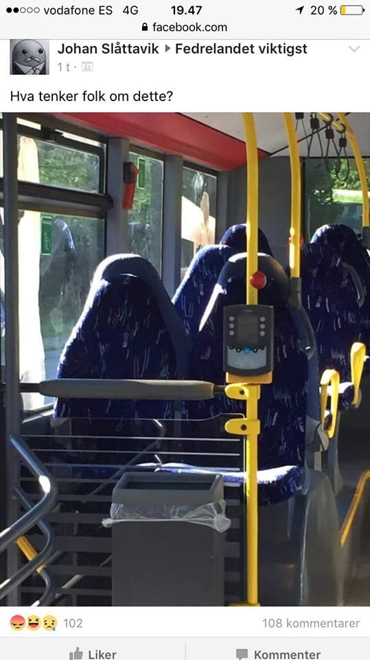 A imagem mostra quatro bancos de um ônibus vazios, mas o formato dos assentos parece com pessoas usando uma burca