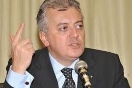 Ex-presidente da Petrobras, Aldemir Bendine em frente a um microfone com o dedo indicador apontado para cima