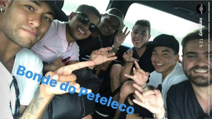 Neymar com amigos no carro sem cinto de segurança