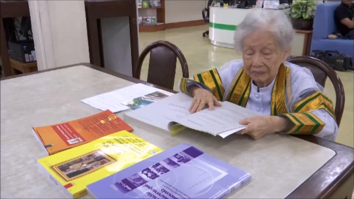 Kimlan Jinakul é uma senhora de 91 anos que acabou de concluir o curso de graduação em Bangkok
