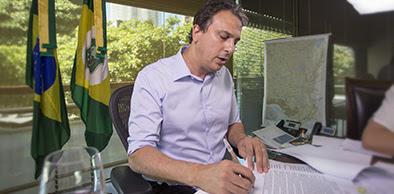 Camilo Santana realizou transmissão ao vivo sancionando leis e respondendo perguntas