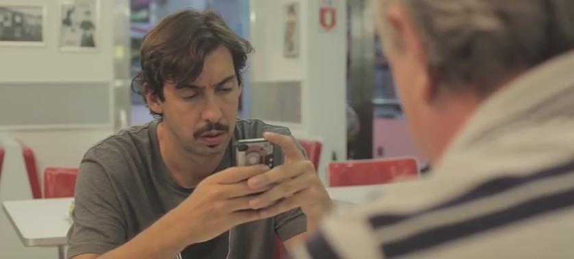 No vídeo, atores simulam conversa mal sucedida por conta do uso do smartphone