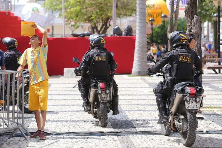 Policiais do Raio em moto