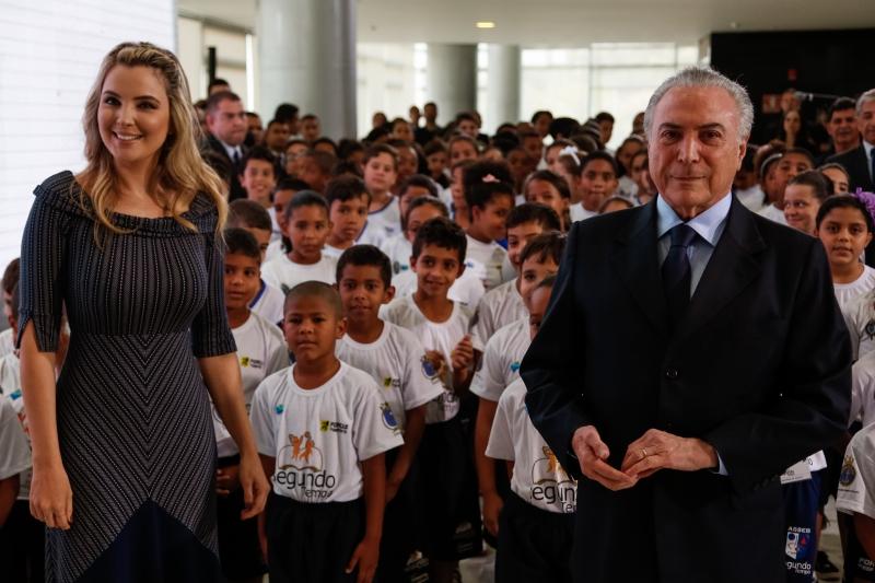 Marcela e Michel Temer à frente crianças em lançamento de campanha