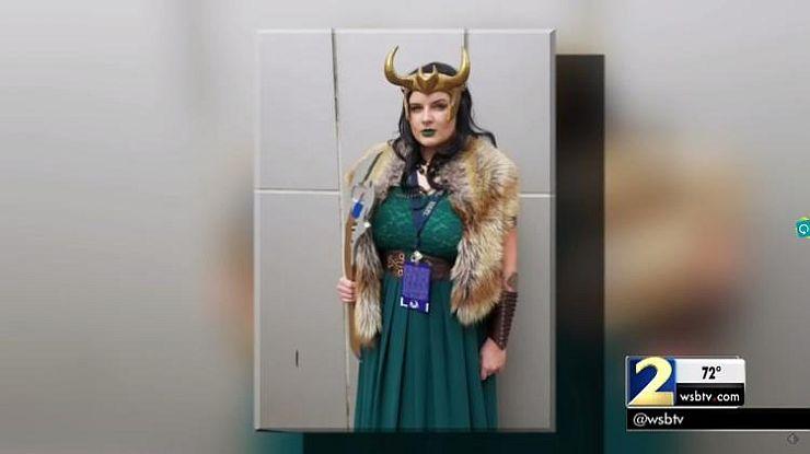 Mulher vestida como Loki