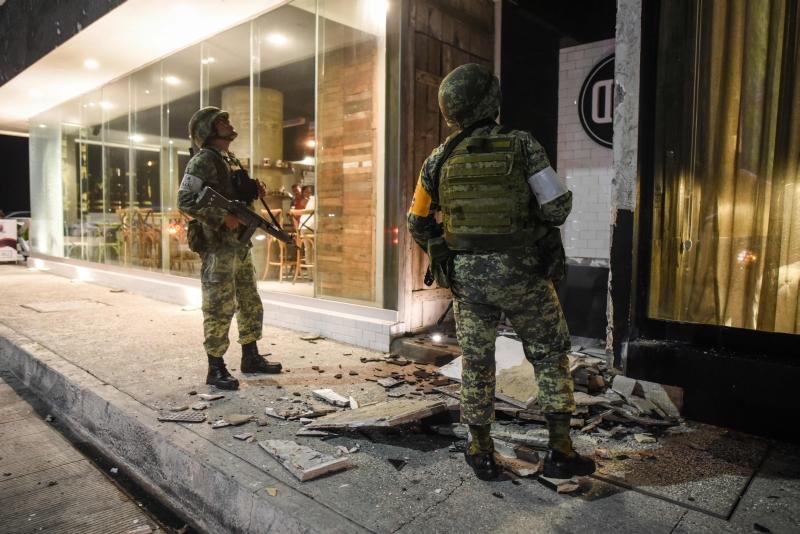 Os membros do exército mexicano observam os danos causados pelo terremoto.