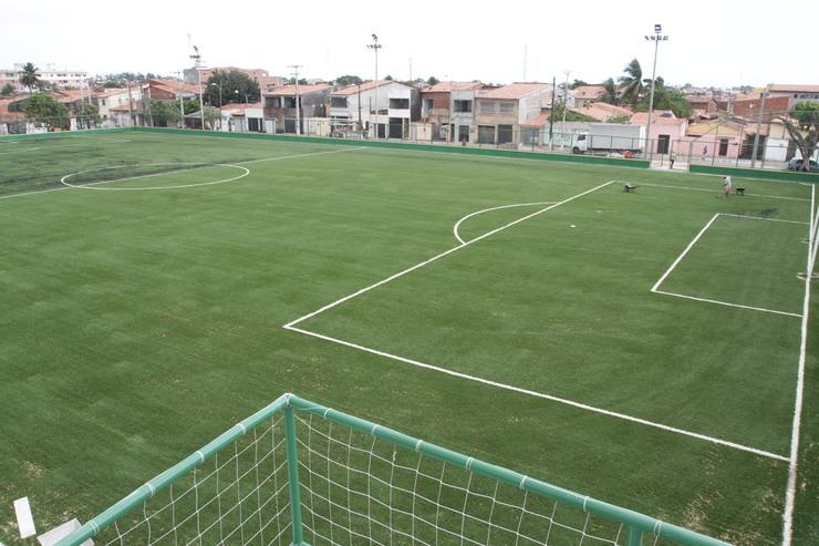 Campo Thauzer Parente, no bairro Quintino Cunha