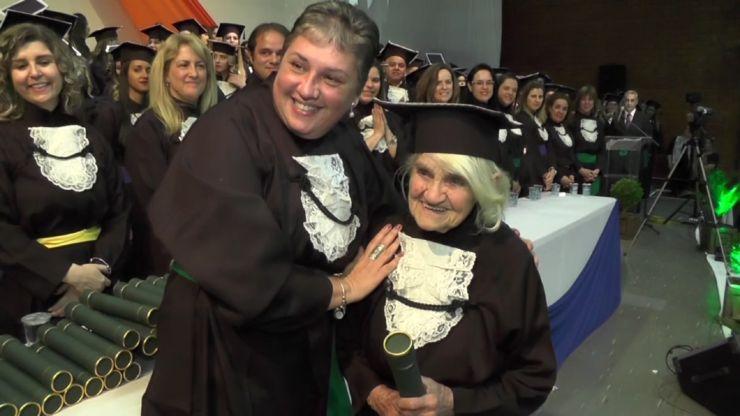Dona Luísa posa para foto com diploma