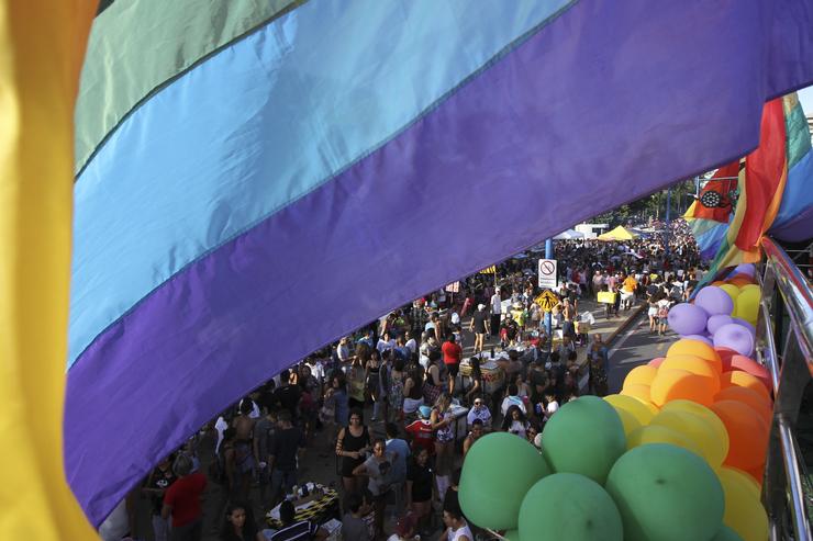 pessoas na parada pela diversidade de Fortaleza em junho
