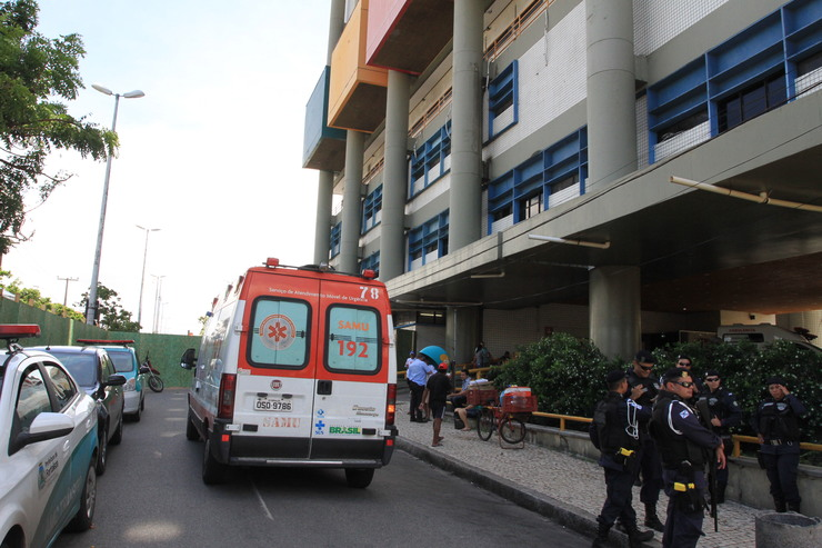 IJF de fora. Na frente, ambulância e guardas municiais