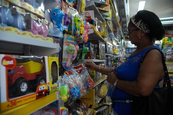 Mulher olha brinquedos em loja