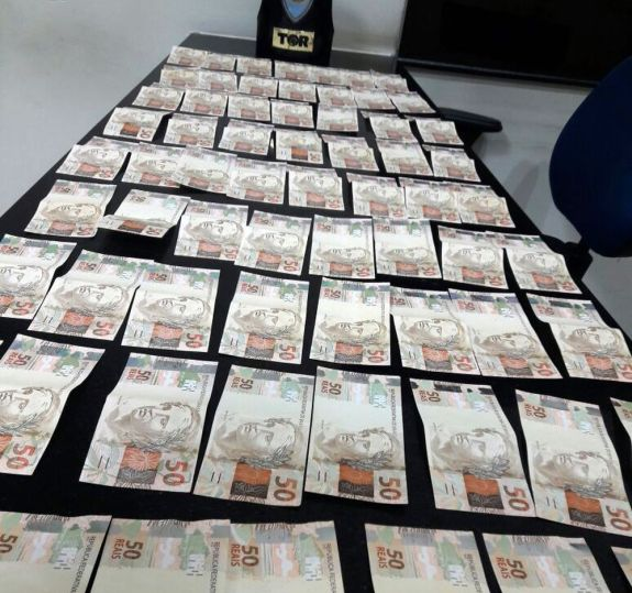 Notas falas foram encontradas na cueca do passageiro (Foto Divulgação / Polícia Militar)