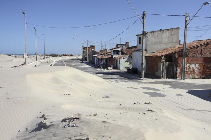 Duna se forma na sobre a avenida Pontamar, no Serviluz