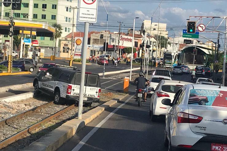 Viatura para em linha férrea após manobra