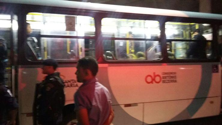 Guarda municipal e pedestre em frente a ônibus