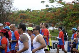 Homens e mulheres correndo