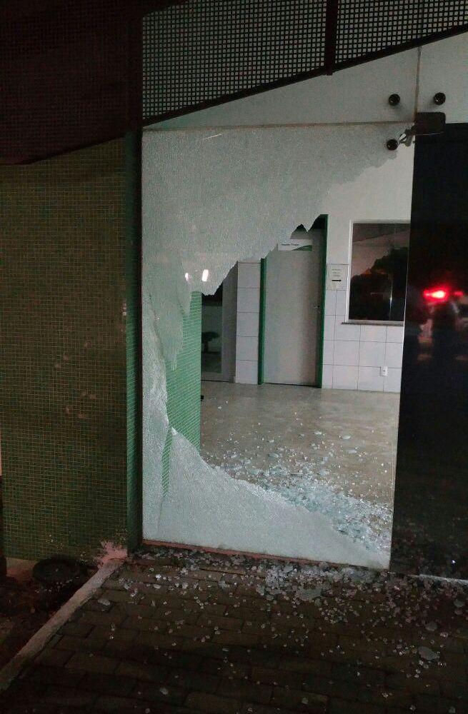Porta de vidro da delegacia destruída após disparo