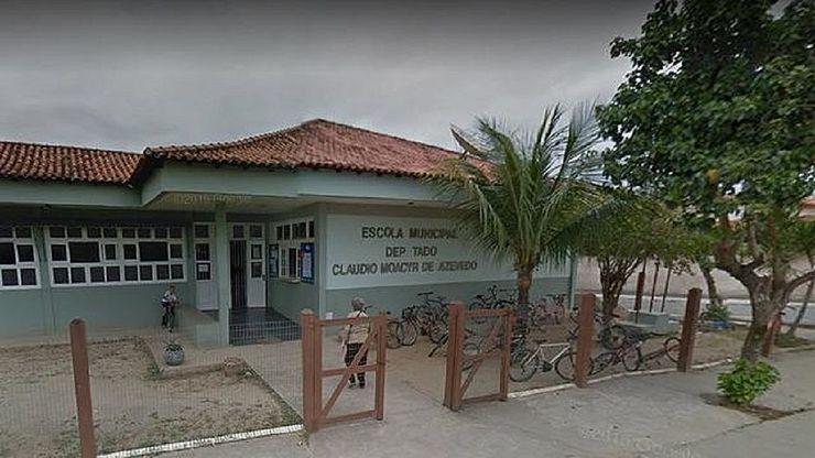 Fachada da Escola Municipal Deputado Claudio Moacyr de Azevedo, em Iguaba Grande, RJ