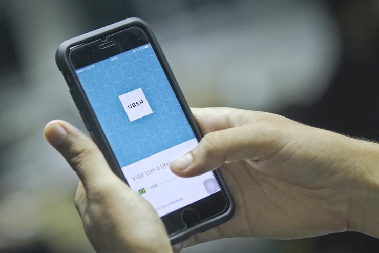 Aplicativo da Uber aberto em celular