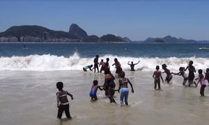 crianças brincando no mar