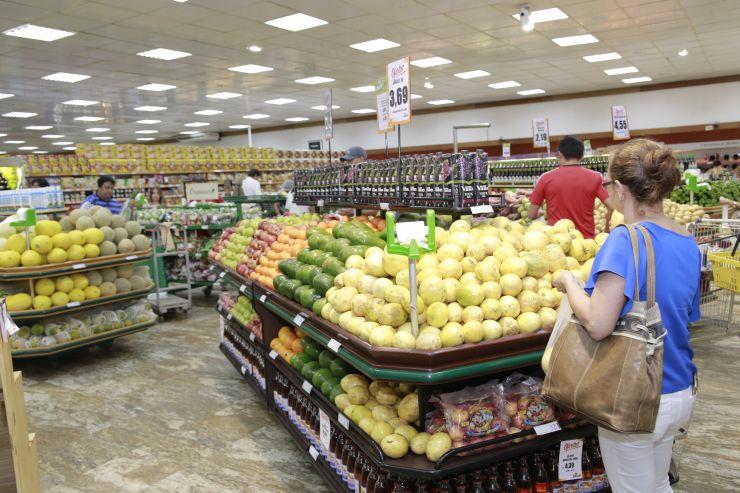 Mulher escolhe produtos no supermercado