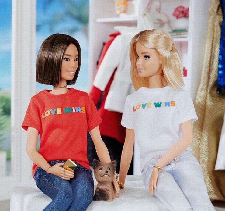 Bonecas vestindo camisa com a frase