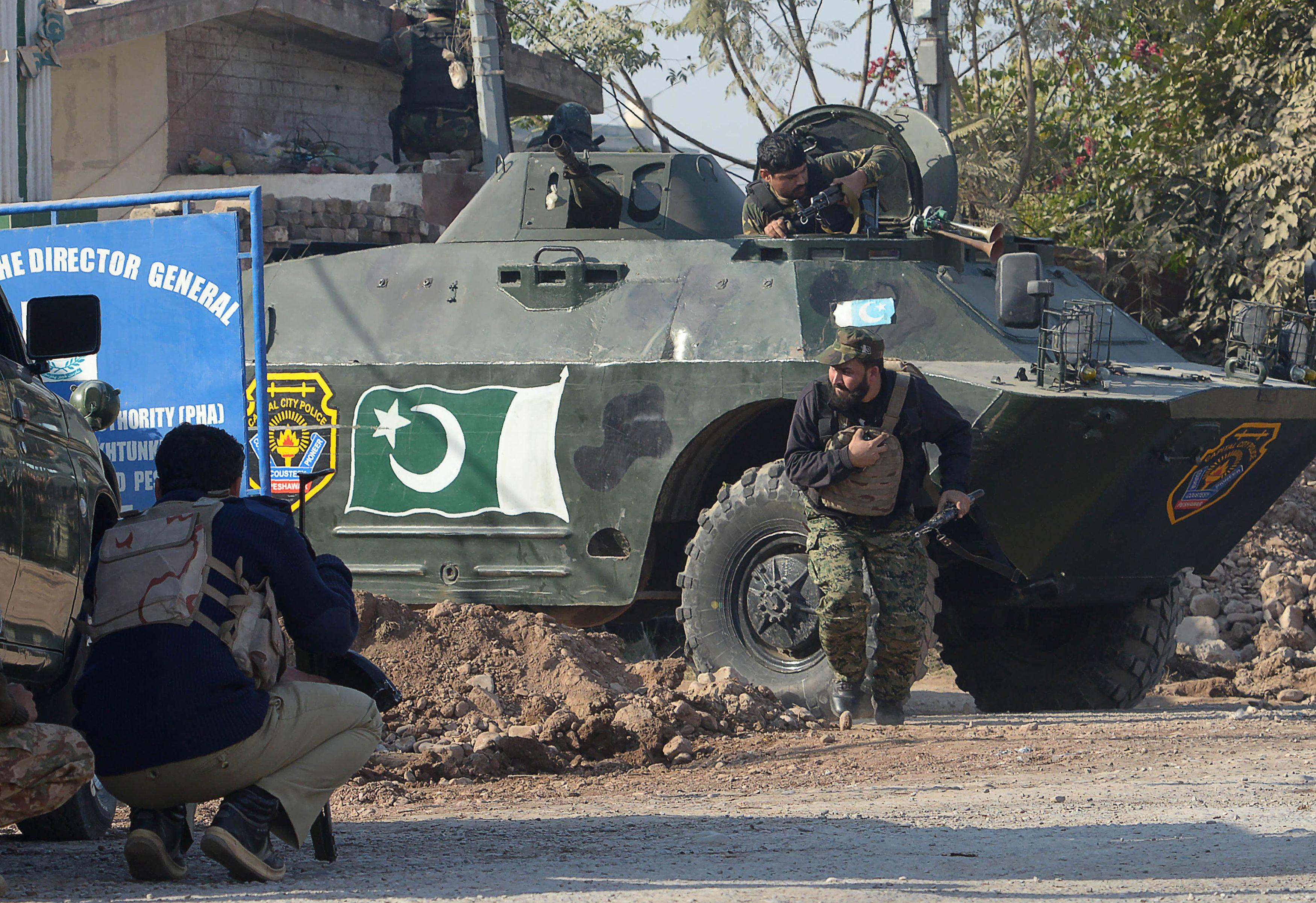 Soldados e tanque do exército paquistanês