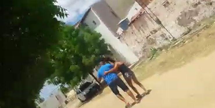 Homem puxa mulher pelos cabelos em via pública