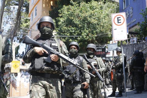 Militares armados na Rocinha