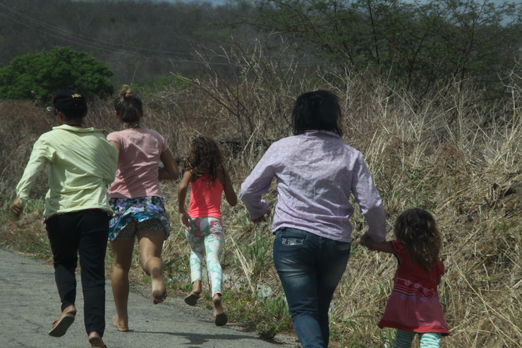 Crianças na beira da estrada