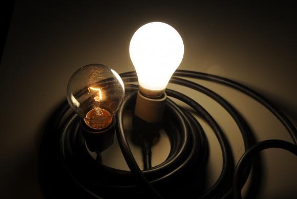 lâmpada ligada e outra apagada, rodeadas por fios