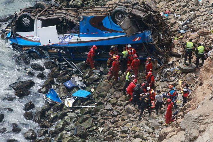 Bombeiros perto de ônibus após acidentes