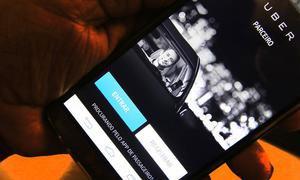 Foto de celular com tela do Uber