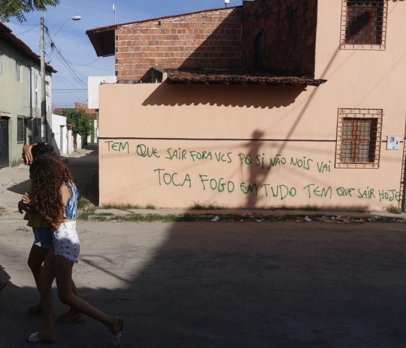 Foto de casa pichada por facções com a frase: