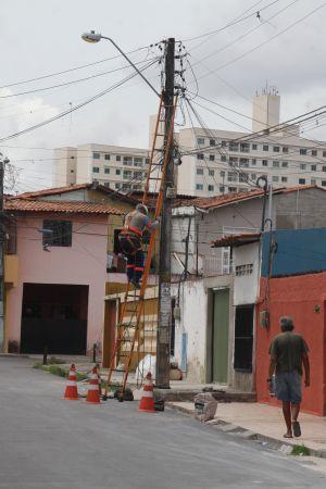 Foto de funcionário da Enem reparando fios (Foto: )